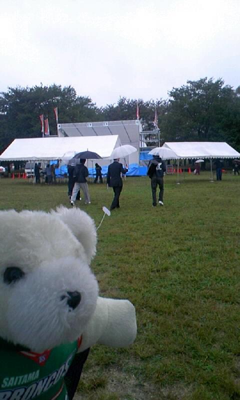 雨中のトークショー